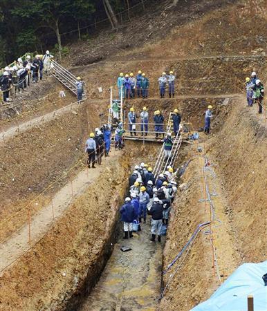 関西電力大飯原発敷地内の試掘溝で行われた、原子力規制委員会による断層調査=2日午前、福井県おおい町