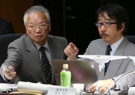 原子力規制委員会の会合に出席した東洋大の渡辺満久教授(右)と立命館大の岡田篤正教授。激しい議論を展開した=4日、環境省(鈴木健児撮影)