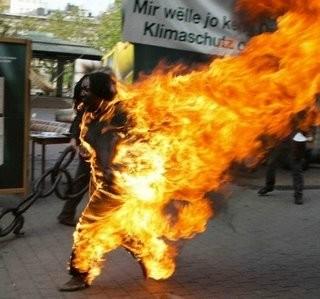 焼身自殺で炎に包まれても前に進むチベット国の僧侶。