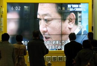 地下街の大型ビジョンに映されたテレビニュースで、野田首相が衆院の解散時期を発言する様子を見つめる市民ら=札幌市中央区で2012年11月14日午後6時2分、貝塚太一撮影