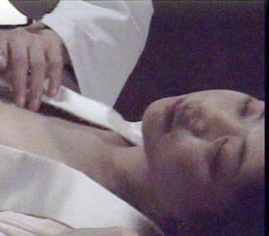 民主党の田中美絵子氏(33)が風俗ライターの過去に続きヌード出演していたことが新たに分かり、永田町に波紋を広げている。カルト映画でセックスシーンを演じ、そのかれんなおっぱいを披露していたというから驚き