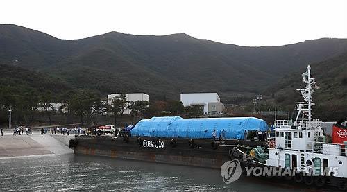 ロシアから空輸してきた絵。なんとブルーシートで包んだだけ。 問題はこのまま船に乗せる朝鮮人の神経。 波しぶき被ってるよ、絶対に