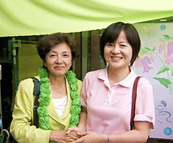 少なくとも1期目の選挙では、北朝鮮や中国との関係が深い市民の党も嘉田由紀子氏を支援していたようです。以下の写真に写っているのは、市民の党の伊沢桂子氏