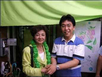 市民の党 海老名市議会議員 奥村しょうけんとガッチリ握手する当選直後の嘉田由紀子(2006年7月)