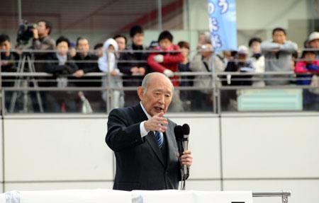 集まった聴衆に平和の大切さを力説した藤井裕久氏=24日、相模原市南区
