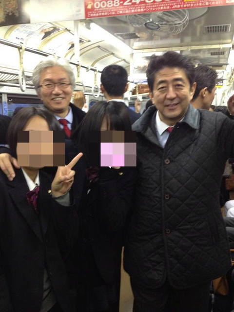 画像】 安倍総裁、電車内で女子高生と記念撮影
