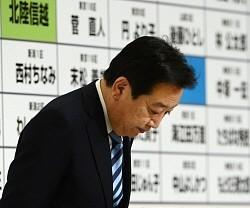 記者会見の冒頭、当選確実を示す印がない候補者ボードの前で頭を下げる野田佳彦首相=東京都内のホテルで2012年12月16日午後11時20分、丸山博撮影