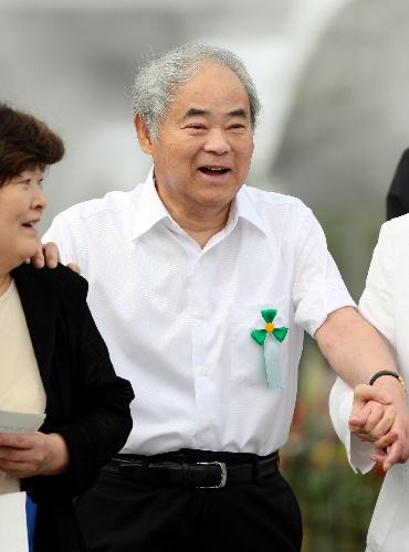 平和記念式典の会場に向かう中沢啓治さん=昨年8月6日、広島市中区の平和記念公園