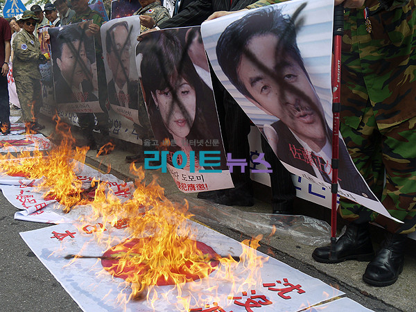 2011年7月29日の韓国の日本大使館前でのデモの様子。新藤義孝議員、稲田朋美議員、佐藤正久議員らの写真を冒涜している。