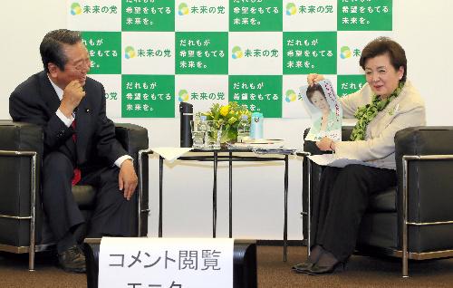 ネット動画の番組に出演するためにスタジオ入りする、日本未来の党の嘉田由紀子と小沢一郎