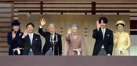 天皇誕生日の一般参賀で、皇后さまや皇太子ご夫妻、秋篠宮ご夫妻とともに長和殿のベランダに立ち、あいさつされる天皇陛下=23日午前、皇居・宮殿東庭