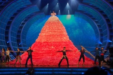 第63回NHK紅白歌合戦』のリハ初日、巨大衣装に身を包んだ水森かおり