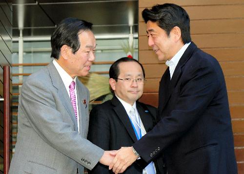 会談後、額賀福志郎元財務相(左)を見送る安倍晋三首相=1日午後、東京都、代表撮影
