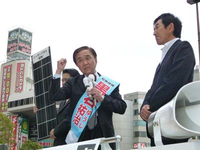ソーラーパネルを持って演説していた神奈川県の黒岩祐治知事