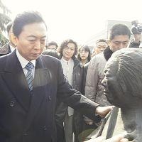 17日、南京大虐殺記念館を訪れ、旧日本軍の被害者像に手を触れて話しかける鳩山元首相=五十嵐文撮影