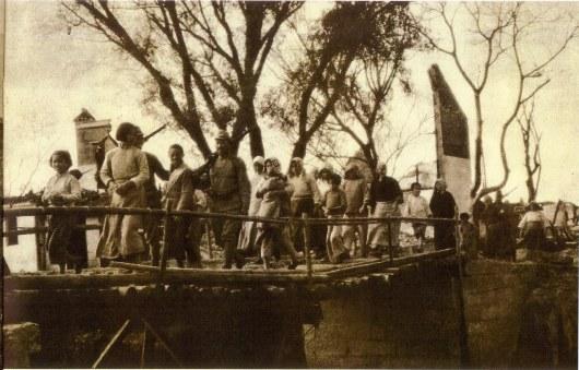 我が兵士に護られて野良仕事より部落へかえる日の丸部落の女子供の群『アサヒグラフ』1937年11月10日号