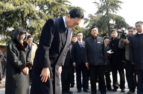 17日、中国江蘇省南京市の「南京大虐殺記念館」を訪れ、頭を下げる鳩山元首相。左端は幸夫人(共同)