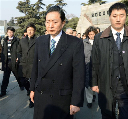 Z20130117GZ0JPG00058000100017日、中国江蘇省南京市の「南京大虐殺記念館」を訪れ、頭を下げる鳩山元首相。左端は幸夫人(共同)