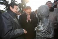 """鳩山由紀夫元首相が南京大虐殺記念館を訪問し、参観中に何度も手を合わせる姿が中国メディアによって報じられた。被害者の遺体が遺棄されたという""""万人坑""""を参観した際には、「これは本当の遺体か?」「犠牲者の数は"""