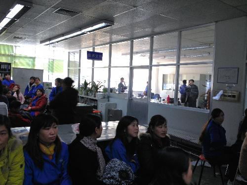 日本人が軟禁された上海神明電機の社長室(右奥)を取り囲んだ女性工員たち