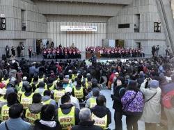 沖縄県のほとんどの首長らが参加し、沖縄へのオスプレイ配備反対を訴えた「NO OSPREY東京集会」=東京・日比谷野外音楽堂(勝浦大輔撮影)