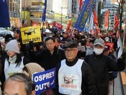 オスプレイ配備撤回を訴え、街頭をパレードする参加者=27日午後5時8分、東京都・銀座