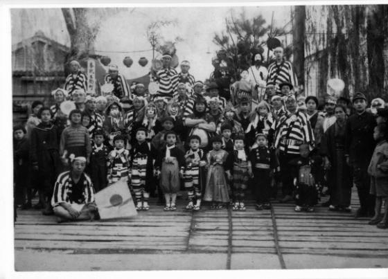 写真は、【皇紀2600年】に能登・七尾の一本杉通りの一部を構成する生駒町から、特別の曳山などを出した際の記念写真