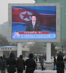 平壌駅前の大型ディスプレーに映し出された、3度目の地下核実験成功を伝える朝鮮中央テレビを見る市民=12日