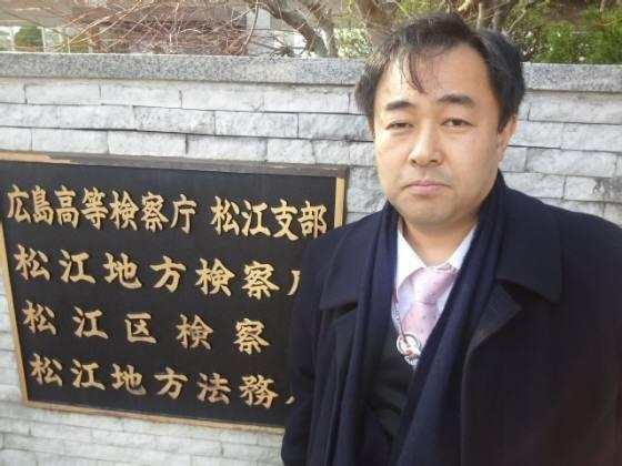 2月21日、島根県松江市の松江地方検察庁に対して、次期韓国大統領である朴槿惠を出入国管理及び難民認定法違反容疑で告発した維新政党・新風代表鈴木信行