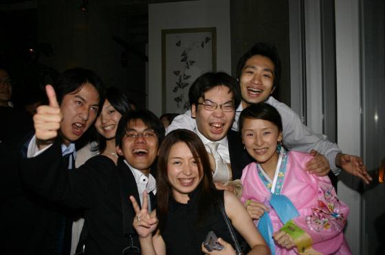 駒崎弘樹が朝鮮人と仲良く記念撮影(2005年07月19日)