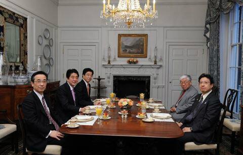 いかに日本の報道がいいかげんかわかるよね。つい先ほど浜田先生と安倍首相が会食して、そこで日銀総裁についてもアドバイスしたらしいから、黒田氏とかいろんな人に内定してたら首相官邸からいちいち報告しない。誘