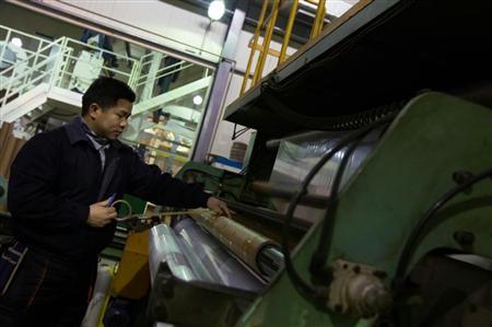 韓国の化学工場の生産ライン。円安が進行する中、朴政権は対日外交と国内経済という難題に直面する(ブルームバーグ