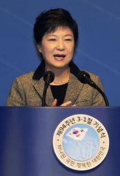 独立運動を記念する政府式典で演説する韓国の朴槿恵大統領