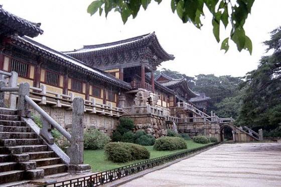 日本政府の予算によって朝鮮総督府は、李氏朝鮮によって弾圧され、打ち捨てられていた寺社を修理した。