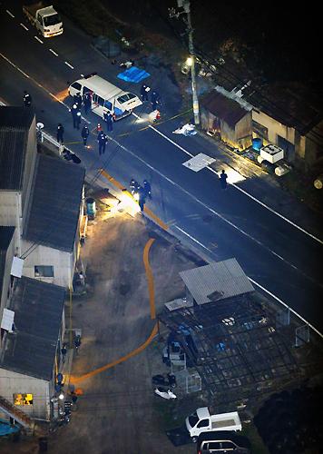 男女数人が刺された現場付近を調べる捜査員たち=広島県江田島市で2013年3月14日午後7時14分、本社ヘリから後藤由耶撮影