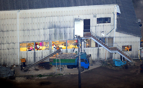 男女数人が刺された現場とみられる水産会社の建物=広島県江田島市で2013年3月14日午後7時10分、本社ヘリから後藤由耶撮影