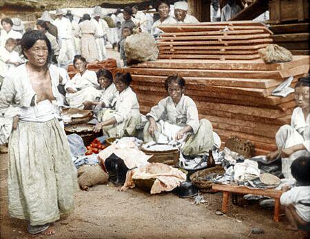 確かに当時の朝鮮は壷も衣も全部白だ。