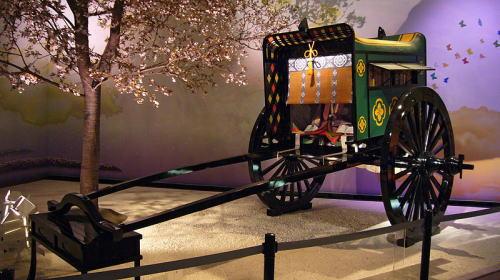 日本の平安時代(794年-1185年、1192年頃)の貴族の乗り物だった牛車(復元品)