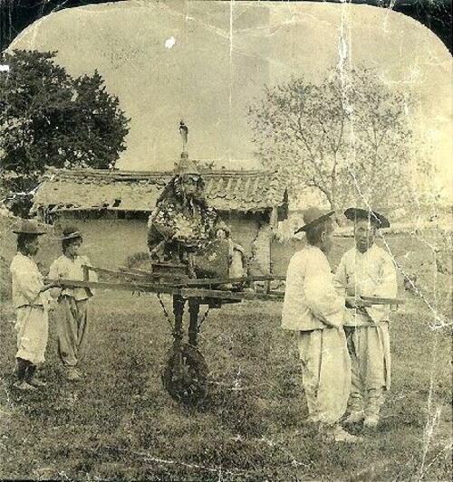 李氏朝鮮の時代(1392年から1910年)の両班(貴族)の乗り物。木を曲げて実用に耐える車輪を作る技術がなく、両輪を使った車は19世紀に入り西洋文化が流入するまで登場しなかった。