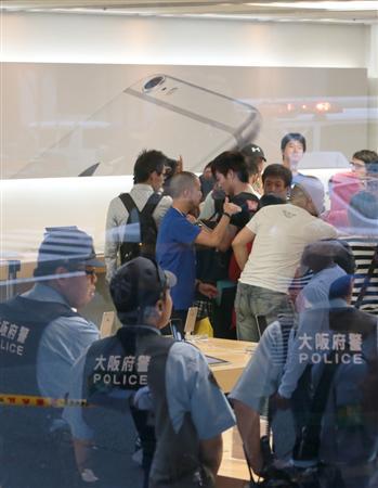 米アップルの新型スマートフォン「iPhone(アイフォーン)6」など発売。警察が出動する騒ぎとなった=19日午後5時2分、大阪市中央区のアップルストア心斎橋(山田哲司撮影)