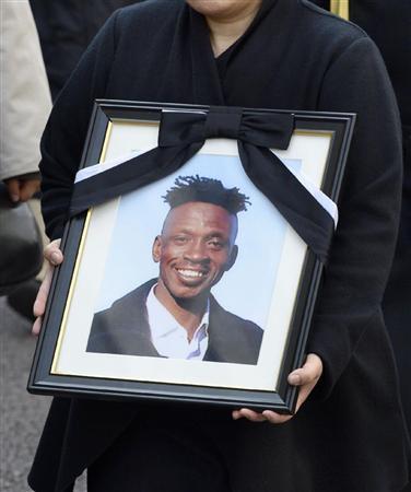 判決のため東京地裁に向かう日本人の妻が手にする、ガーナ人アブバカル・アウドウ・スラジュさんの遺影=19日午前10時2分