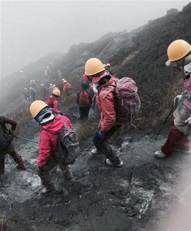 山小屋でヘルメットを借り御嶽山を下山する登山客=9月27日、長野県王滝村(提供写真)