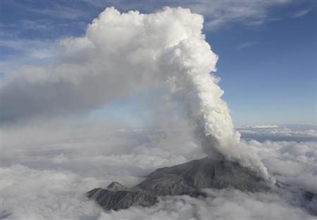 激しく噴煙を上げる御嶽山=27日午後4時22分、長野・岐阜県境(甘利慈撮影)