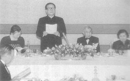 1998年11月26日、江沢民は、天皇陛下の宮中晩餐会に中山服(平服)で出席し、「日本軍国主義は対外侵略拡張の誤った道を歩んだ」などと辟易するほど日本批判を続けた