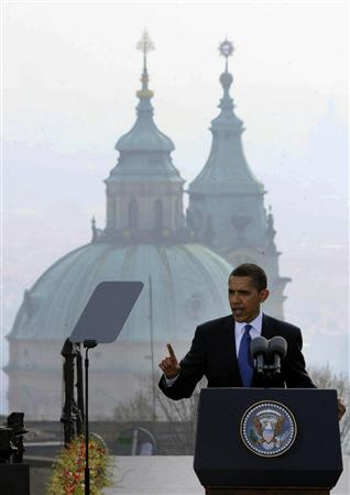 プラハで核廃絶について演説するオバマ米大統=2009年4月5日(AP)