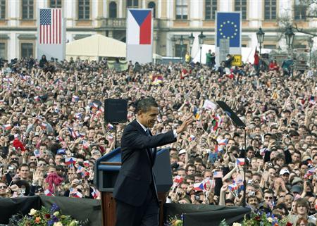 チェコの首都プラハで演説し、核不拡散への決意を示したオバマ米大統領。プラハ城の広場には約2万人が押し寄せた=2009年4月5日(ロイター)