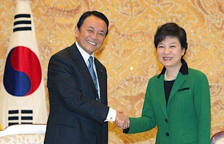 麻生太郎副総理は、「韓国は民主主義や法の支配など、価値観を共有する大変重要な隣国」