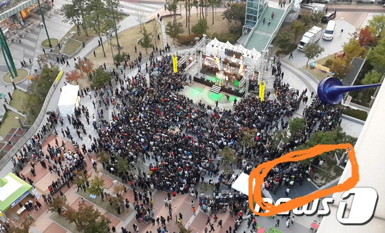この写真の右下の、字とちょっとかぶってる灰色のスペースね。韓国 野外コンサートで事故 16人死亡