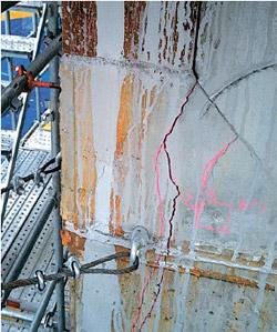2012年10月に早くも5・8・9階のメガ柱11カ所から肉眼で確認できるほどの亀裂が発生