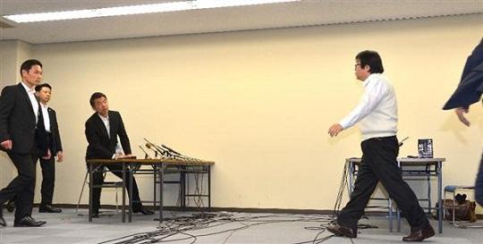橋下徹大阪市長と桜井誠在特会会長との面談は、一触即発の雰囲気だった=20日午後、大阪市北区の大阪市役所(榎本雅弘撮影)